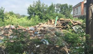 В Бийске на месте расселенных аварийных домов образовались свалки.