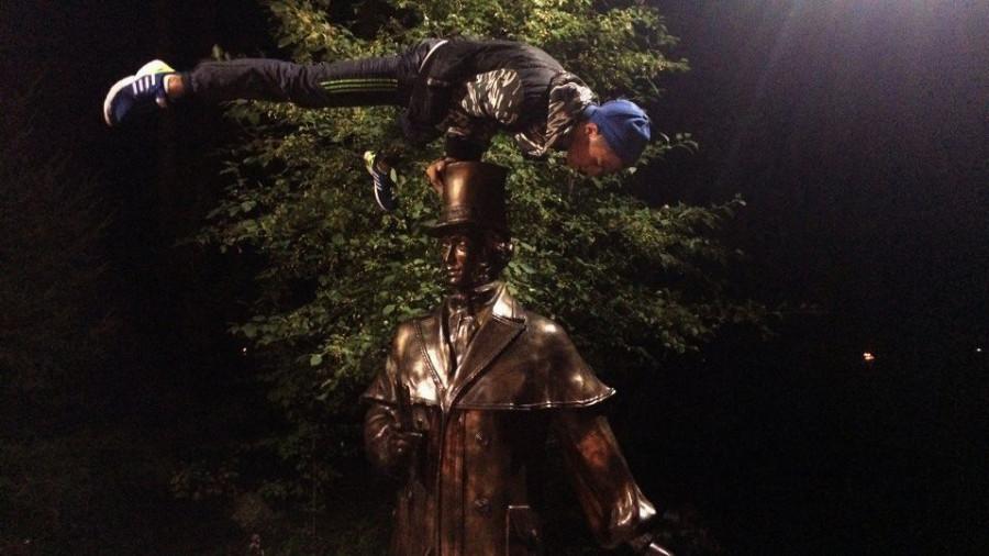 Памятник Пушкину в парке предприятия Сибприбормаш в Бийске.
