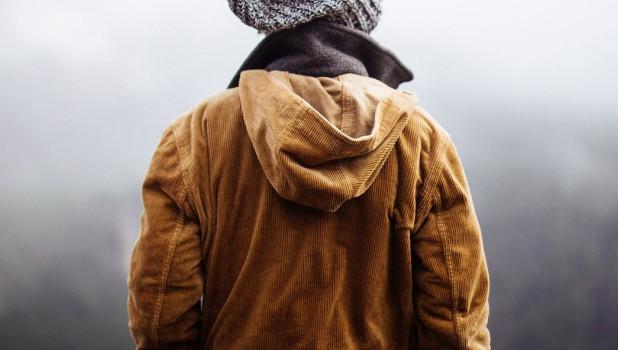 Мужчина в куртке.