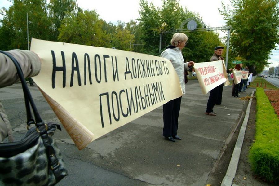 В Барнауле прошел митинг, участники которого требовали от городских властей снижения налога на имущество.