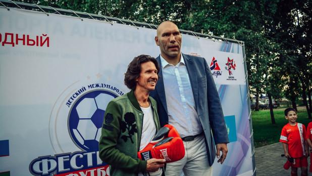 Николай Валуев в Парке Спорта подарил Алексею Смертину боксерские пречатки. 23 августа 2017 года.