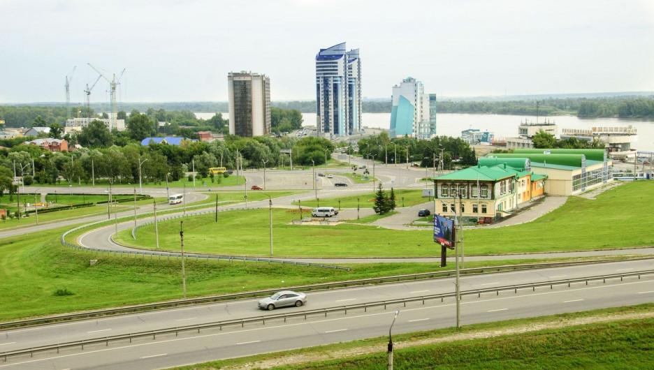 Автомобили в Барнауле. Вид на Барнаул с Нагорного парка.