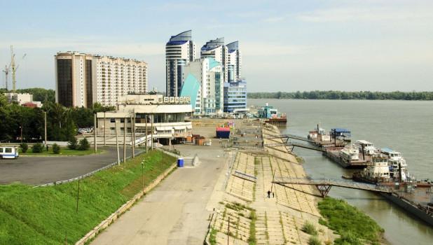 """Вид на Барнаул с Нагорного парка. Комплекс """"Аквамарин"""" и Речной вокзал.."""