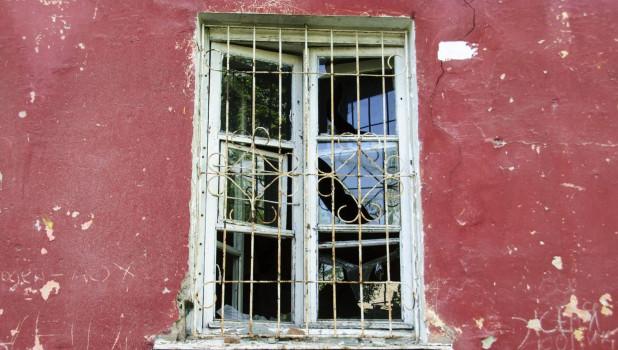 Аварийное жилье.  Окно.