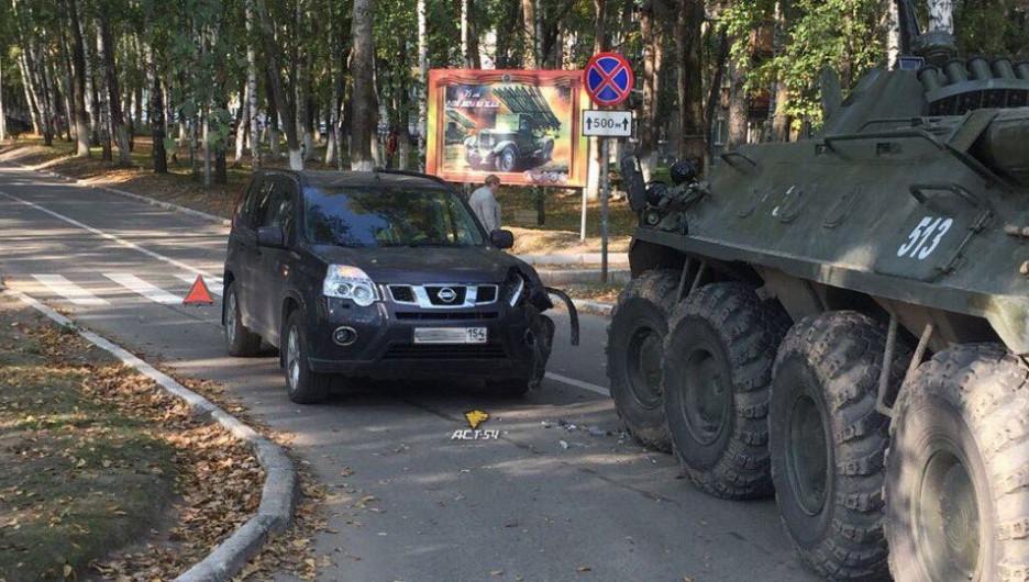 В Новосибирске столкнулись БТР и Nissan.