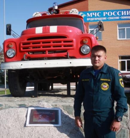 Сотрудник МЧС Горно-Алтайска, пожарный Артем Сабашкин.