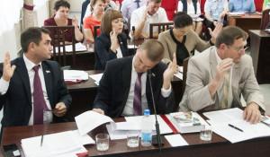 Депутаты Барнаульской городской Думы голосуют за публичные слушания.