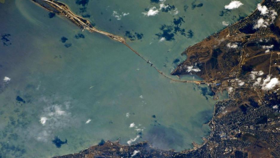Арка Крымского моста из космоса.