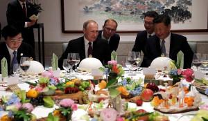 Владимир Путин на выставке народных промыслов Китая.