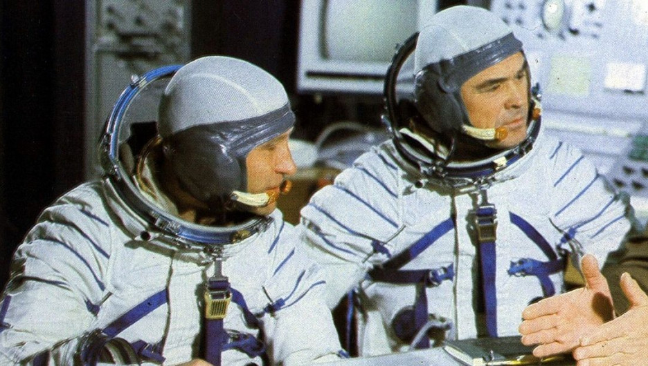 Экипаж космического корабля «Союз-12» (слева направо: Олег Макаров, Василий Лазарев).