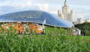 """Стеклянный купол в парке """"Зарядье""""."""