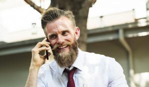 Мужчина говорит по телефону.