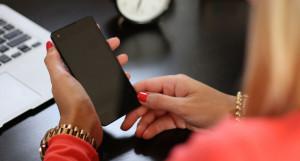Женщина и телефон.