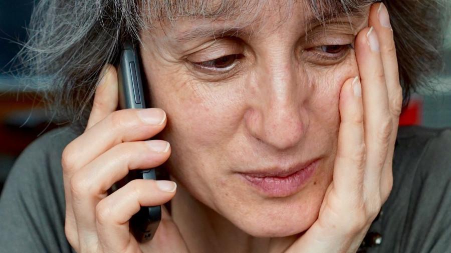 Женщина говорит по телефону.