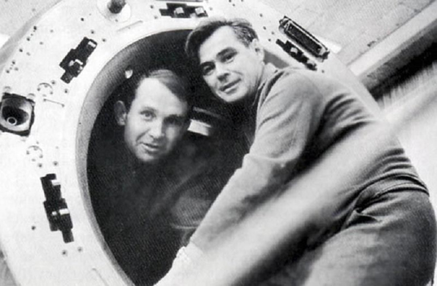 В. Лазарев (справа).