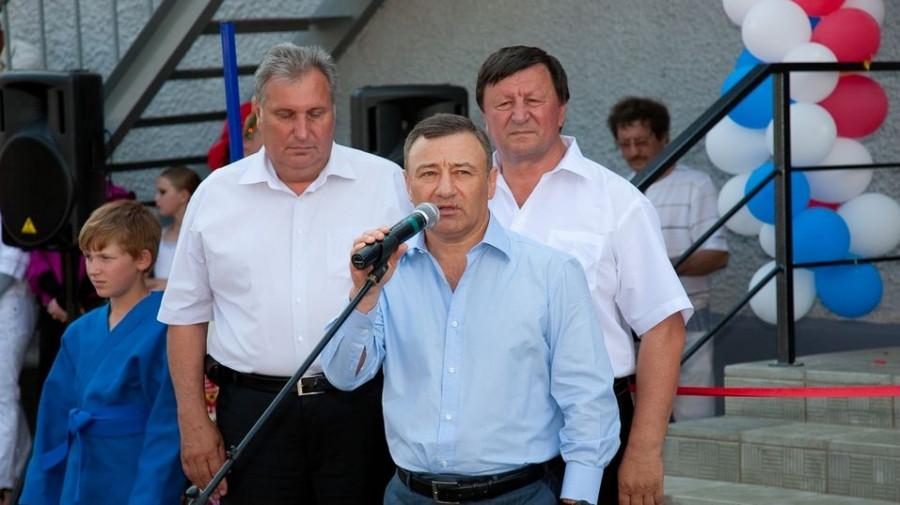 Вице-губернатор Яков Ишутин, бизнесмен Аркадий Ротенберг и Виктор Коршунов (слева направо) в Алтайском районе на открытии школы самбо и дзюдо в 2010 году.