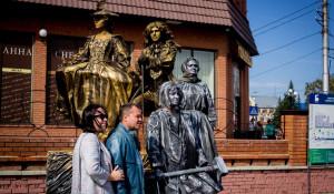 Живые статуи на праздновании Дня города и юбилея края.