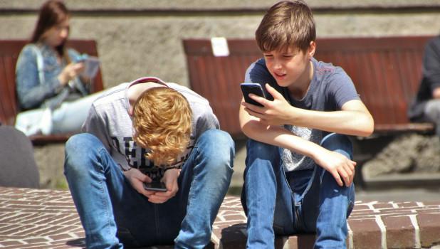 Дети с телефонами.