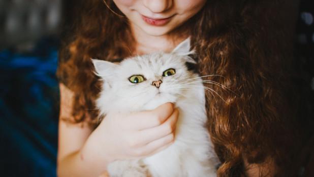 Девочка с котом.