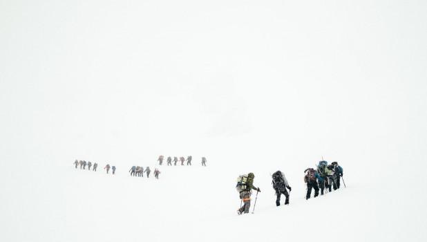 Альпинисты и очень много снега.