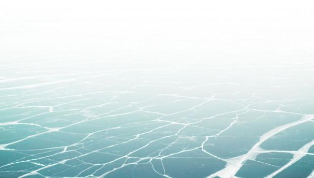 Замерзший водоем. Лед.