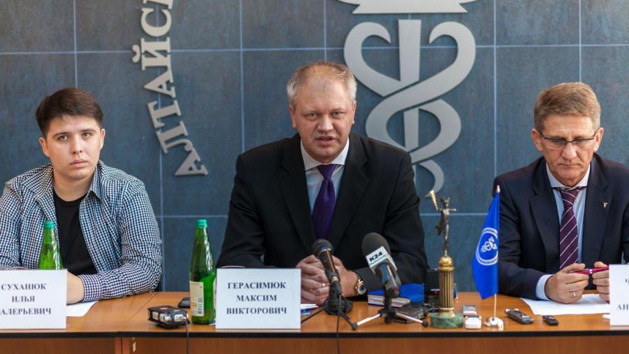 Герасимюк Максим (в центре).