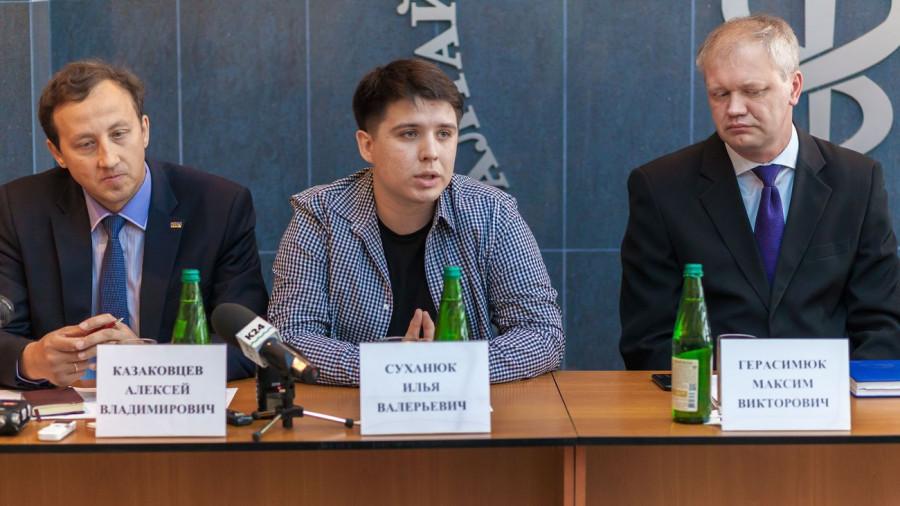 Суханюк Илья (в центре).