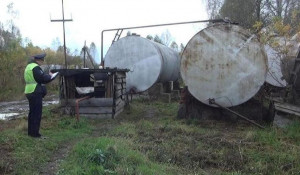На Алтае сельчанин выкачал шлангом более 400 литров дизельного топлива.