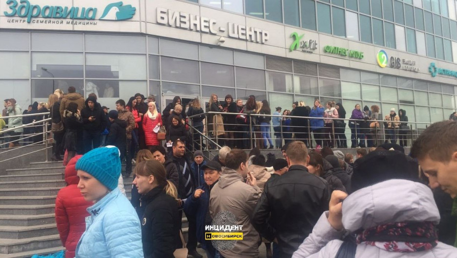 В Новосибирске из-за телефонных террористов эвакуируют людей из десятков зданий.