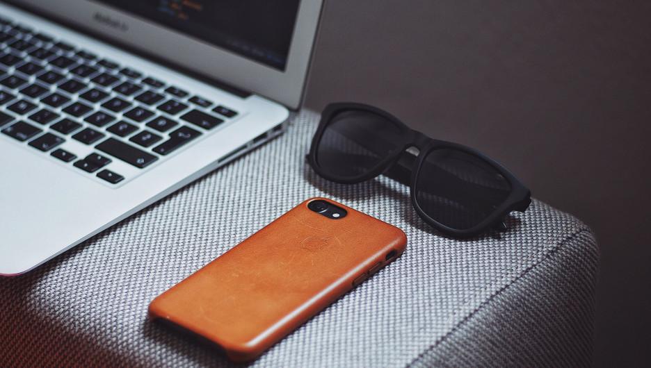 Ноутбук. Телефон.