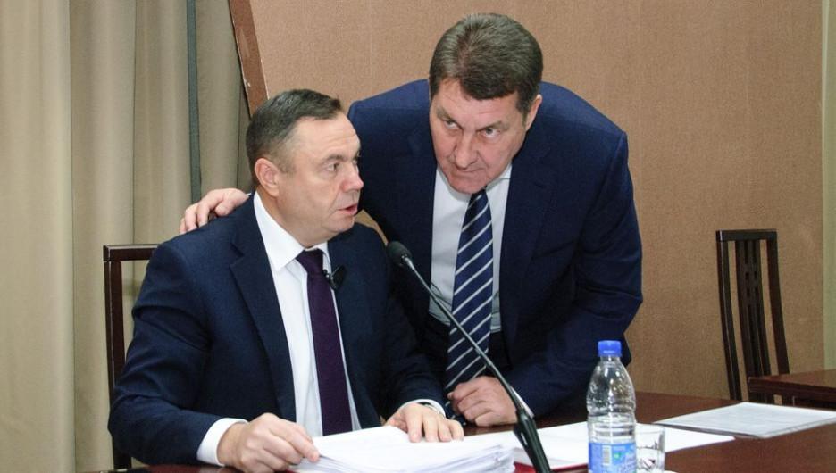 Андрей Солодилов (слева) не стал отвечать на вопрос, будет ли действующий мэр Сергей Дугин (справа) подавать документы на главу города.