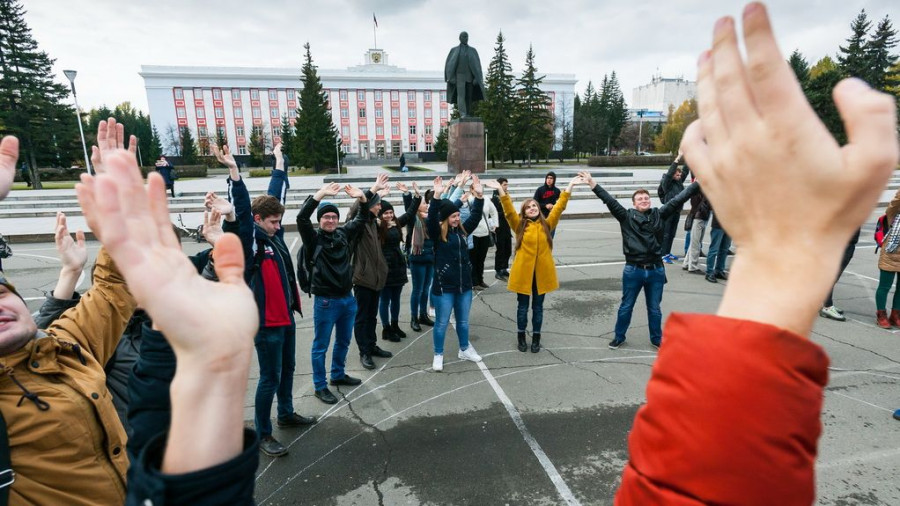 Флешмоб барнаульских студентов в честь дня рождения Владимира Путина.