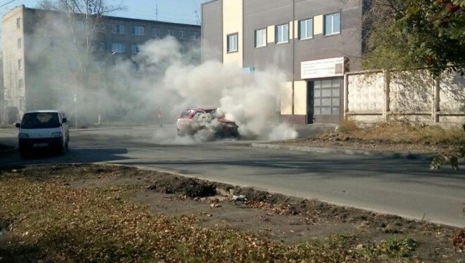 В Барнауле горел внедорожник.