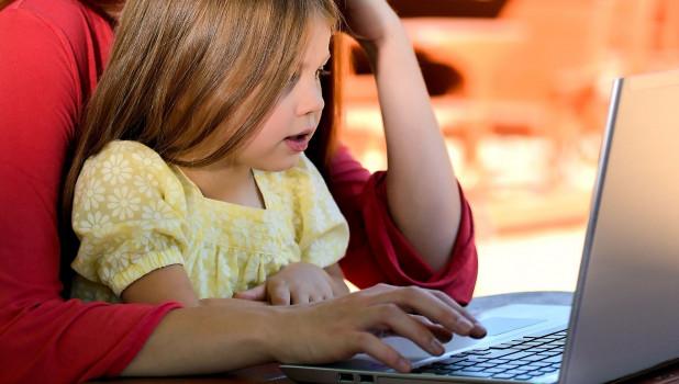 Женщина и ребенок перед ноутбуком. Интернет.
