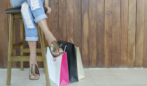 Женщина и пакеты с покупками. Шоппинг.