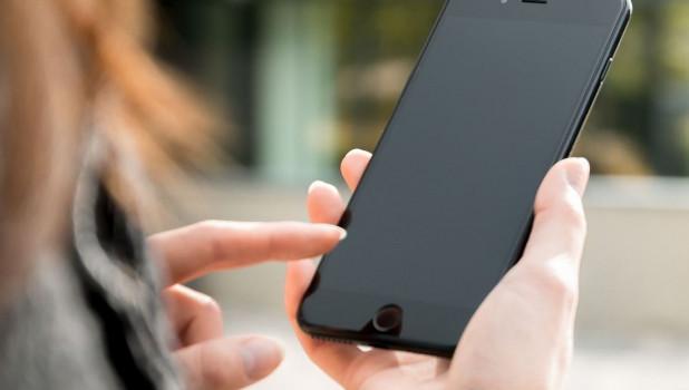 Девушка и смартфон. Связь.