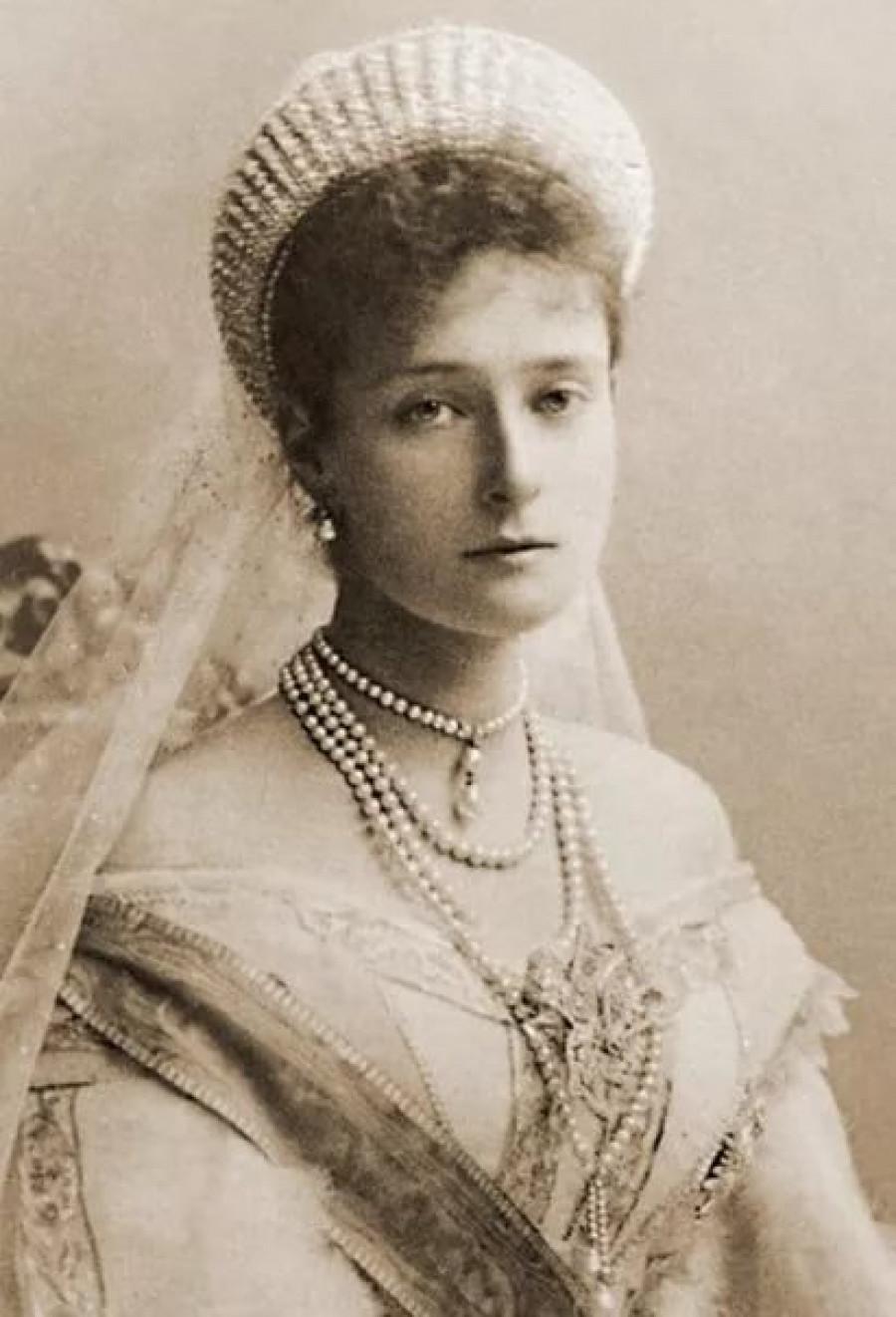 Александра Фёдоровна, урождённая принцесса Виктория Алиса Елена Луиза Беатриса Гессен-Дармштадтская.
