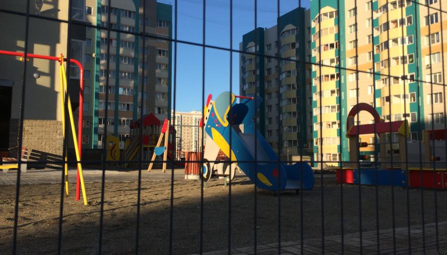 Детская площадка у высотки на ул. Взлётной.