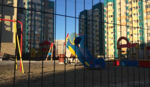 Детская площадка у высотки на Взлётной, 38.