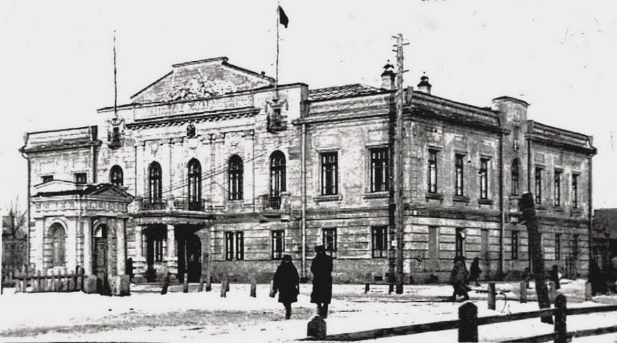 Горком партии, с 1937 г. - горисполком ,  (пр.Ленина, 18)