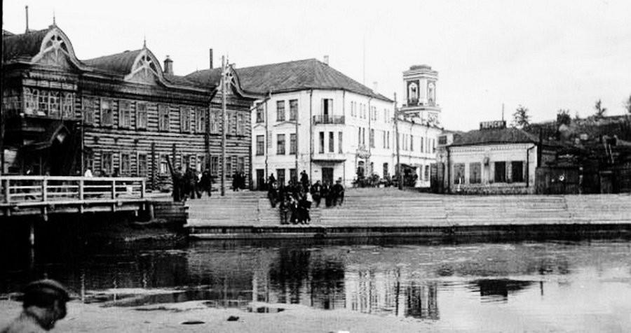 Вид от Барнаулки на здание института и общежитие его преподавателей в бывшей гостинице Империал (слева)