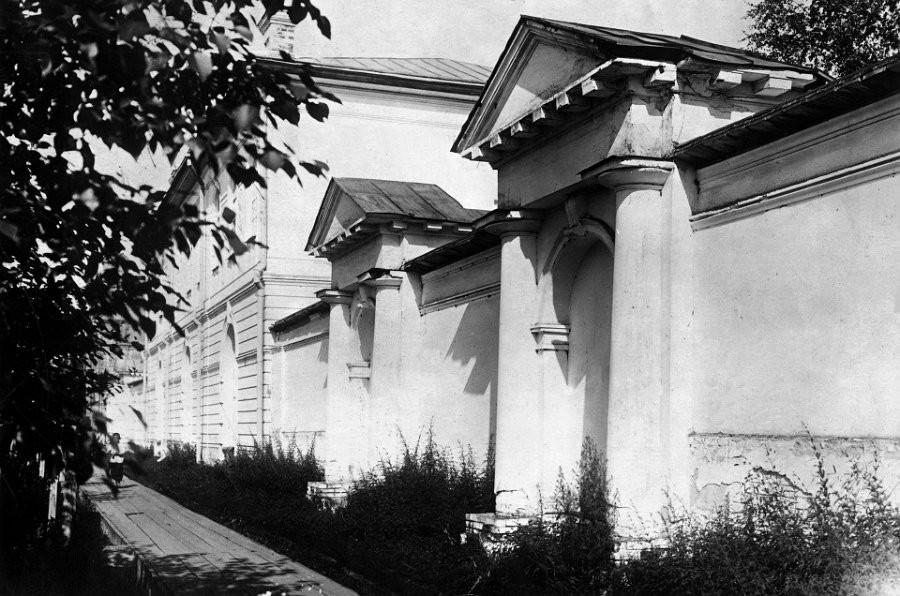 Ул.Республики (с 1963г. ул.Ползунова) у ограды лесопильного, ранее сереброплавильного завода