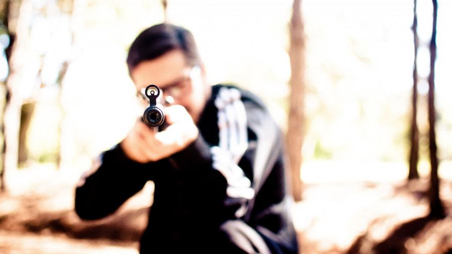 Мужчина с пневматической винтовкой.