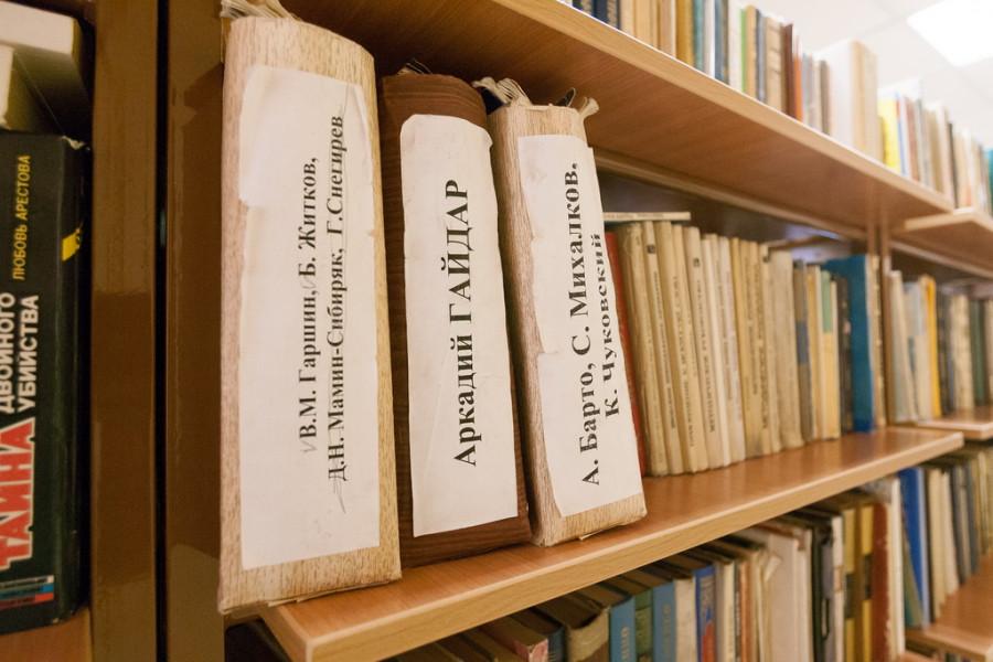 """В барнаульской школе обновили библиотеку из """"Фонда социальных проектов"""" Александра Локтева"""