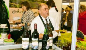 """Владимир Вагнер на выставке """"АлтайПродМаркет"""" в 2017 году презентует свое вино."""