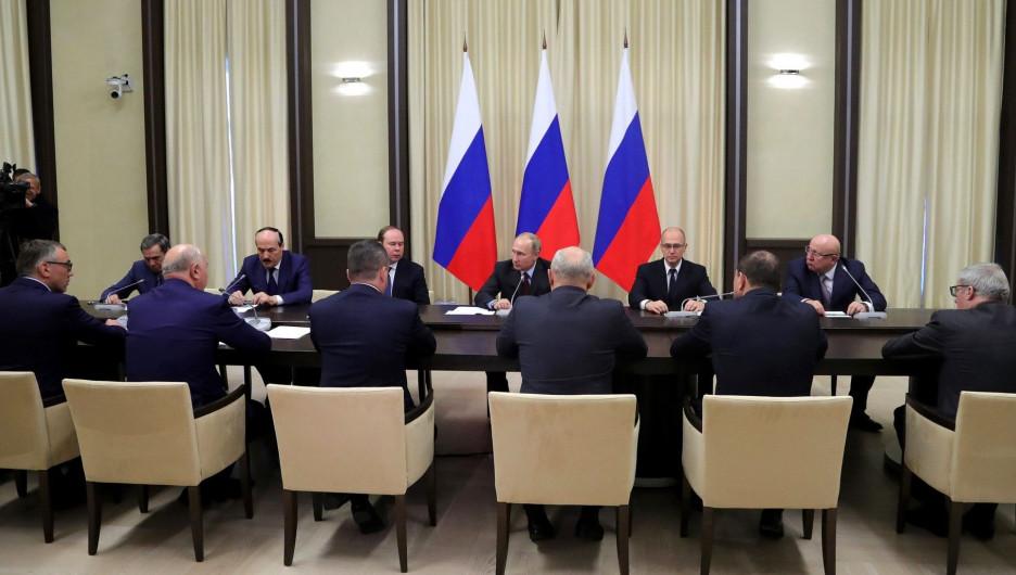 Путин встретился с уволенными губернаторами.