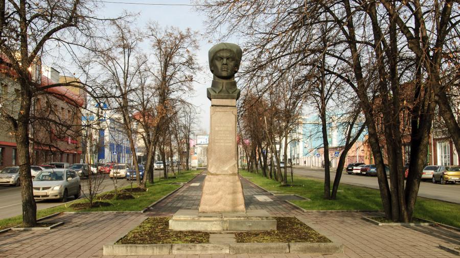 Памятник Ефиму Мамонтову в Барнауле.