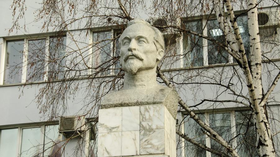 Памятник Феликсу Дзержинскому в Барнауле.
