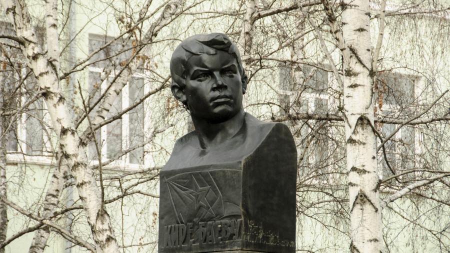 Памятник Кире Баеву в Барнауле.