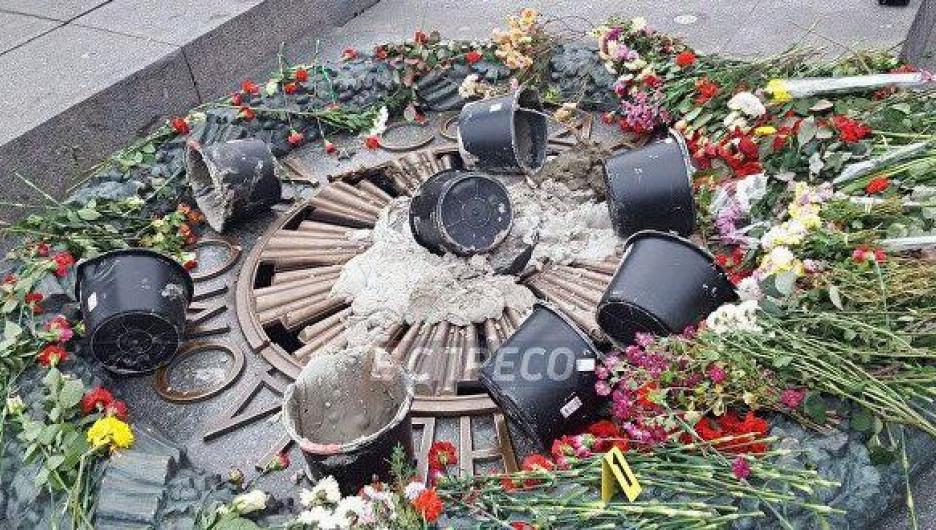 В Киеве вандалы залили цементом Вечный огонь.